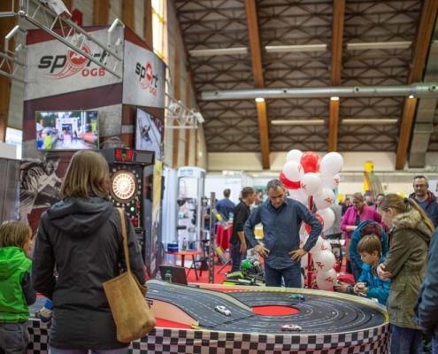 Modellbahn - Autorennbahn auf der Familienmesse